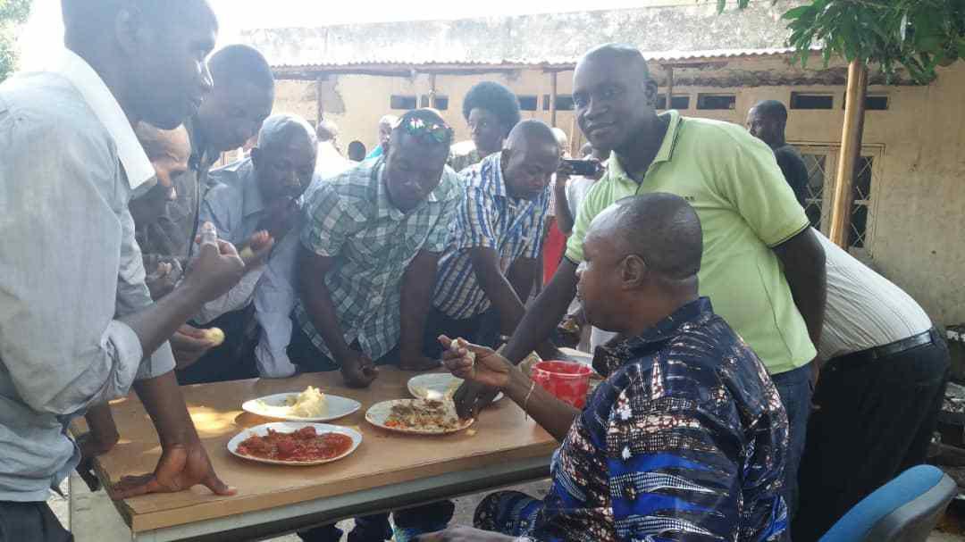 Le Président FNL partage un repas avec les BANAMARIMWE avant sa conférence de presse (images et vidéo)