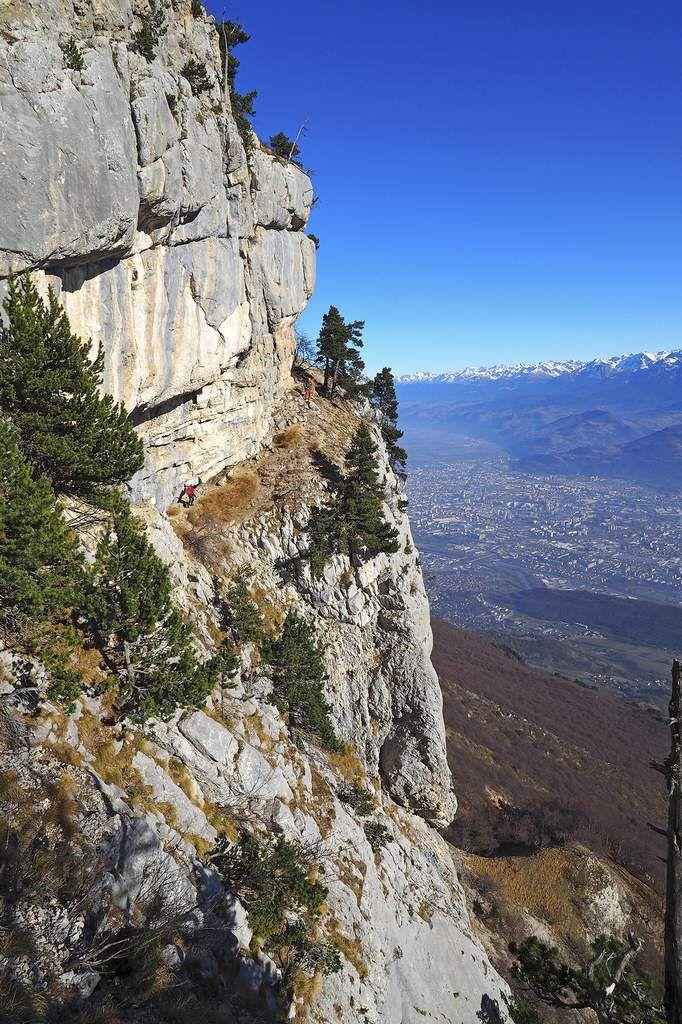 Et pour finir, avec Grenoble au fond, la vire Saint-Michel qui ramène sur la crête.
