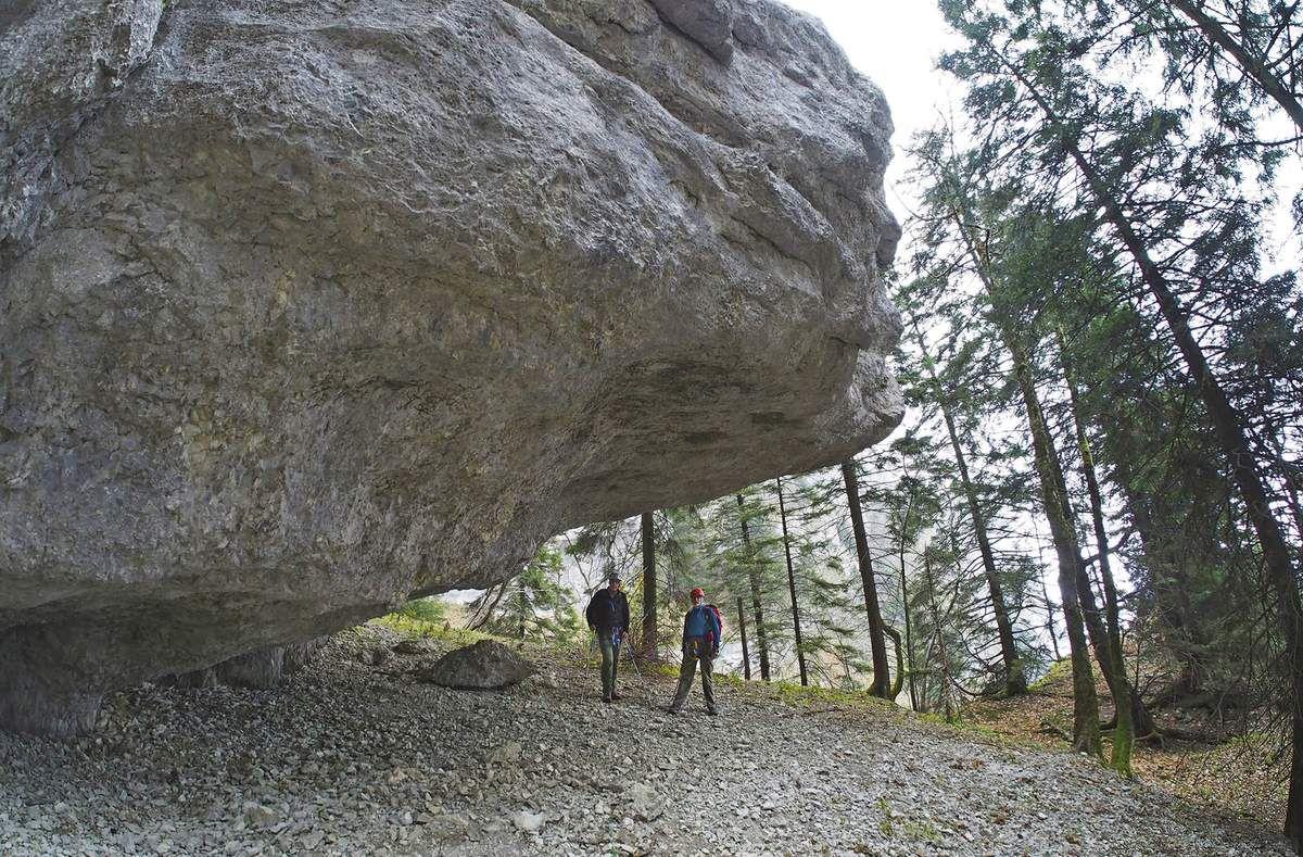 On arrive ainsi près du sommet de l'aiguille centrale, sous un grand auvent. Bruno Gerelli et Bob Keller ont l'air content , car l'endroit est envoûtant, d'autant plus qu'il se mérite.