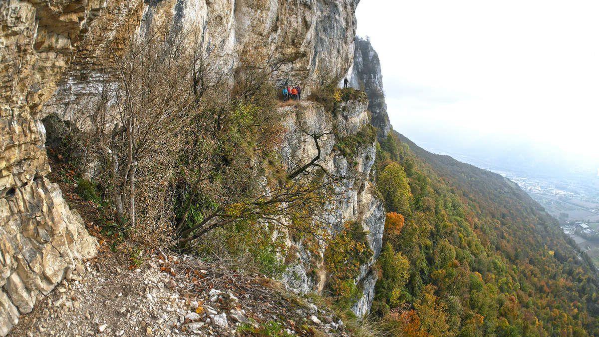 La vire continue après le trou Noir, passe devant une autre grotte et, par de belles et confortables terrasses, permet d'aller jusqu'au couloir où il existait sans doute jadis un autre chemin d'accès.