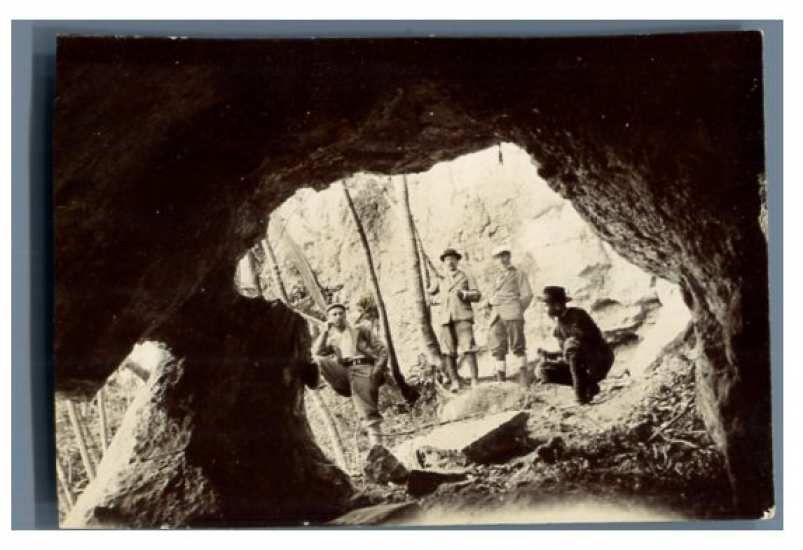 Le trou Noir est connu depuis longtemps. Il a même été habité et cette photo datée de 1900 montre des archéologues qui ont exhumé de nombreuses poteries.