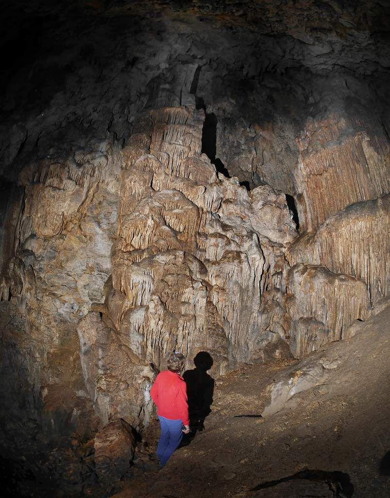 Énormes stalagmites sous le balcon de l'entrée.