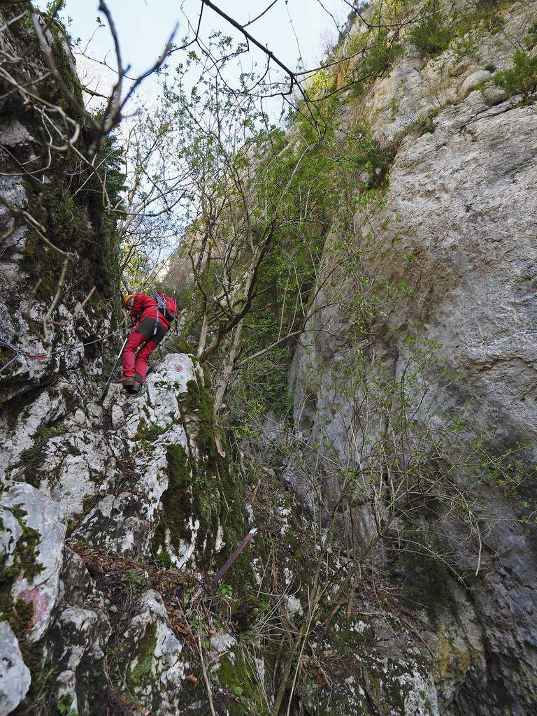 Un toboggan étroit dont on évite le fond terreux par des vires rocheuses.