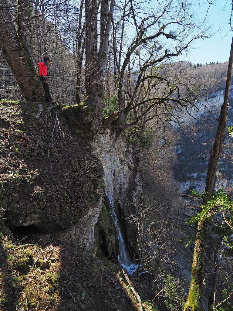 Le ruisseau de Moulin-Marquis, à peine sorti de sa grotte, se jette dans une falaise de 400 m. D'énormes ormes penchés au-dessus du vide constituent de bons amarrages pour les canyonistes qui descendent la cascade en rappel.
