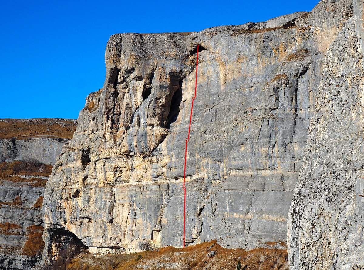 4 rappels, dont le premier, le plus long, fait près de 50 m.