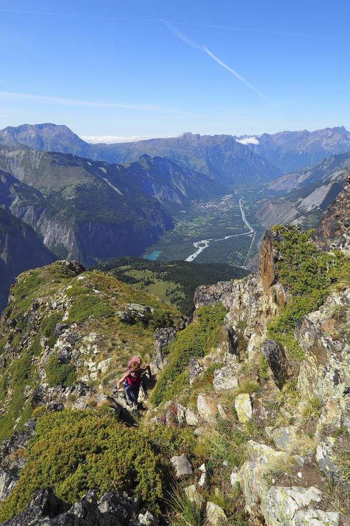 Sortie de la rampe. Au fond, la vallée du Bourg-d'Oisans et, tout à droite, les trois pics de Belledonne.