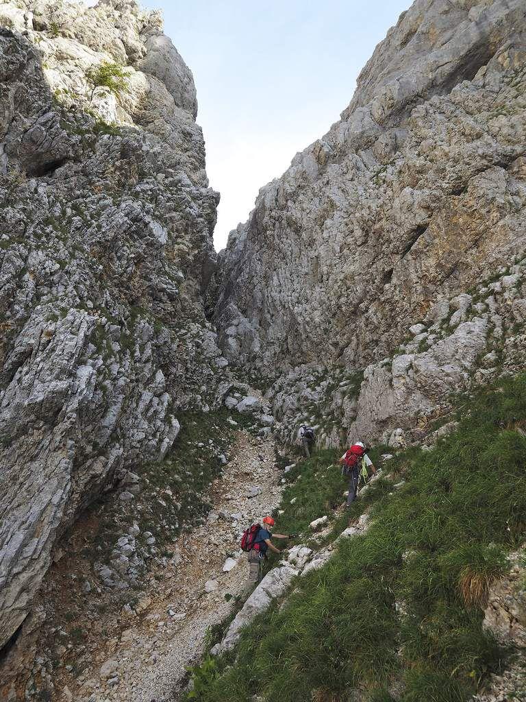 Arrivée sous la partie supérieure du couloir, dans laquelle il faut s'engager, mais qui reste moins exposée aux chutes de pierres que sa partie basse, que l'on a heureusement esquivée par les barres rocheuses du côté droit.