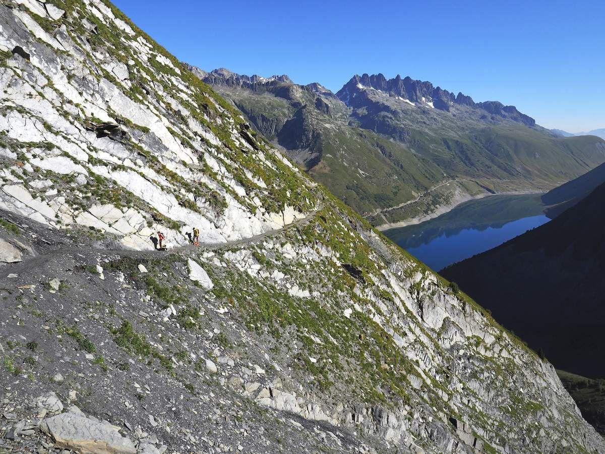Le sentier de la Cochette traverse plusieurs ravins impressionnants avec le lac de Grand-Maison en toile de fond.
