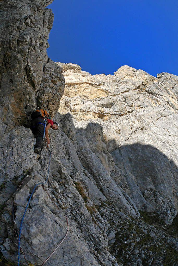 Catherine Icard dans la petite diagonale qui permet de quitter la vire pour grimper dans le haut du Grand couloir.