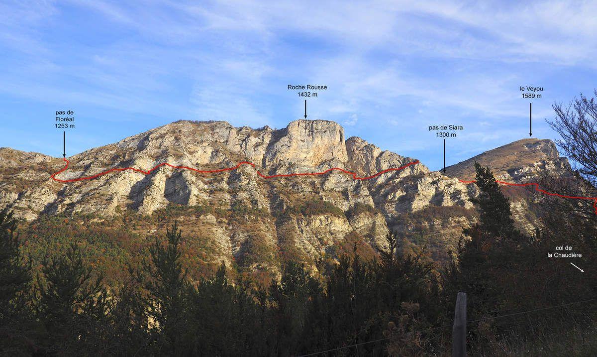 Le versant sud de Roche Rousse et ses vires. On voit bien sur la gauche les deux cirques en rocher jaune pâle.