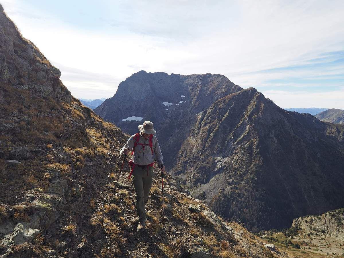 """Dans la traversée vers le Clot Beaumont. Au fond, le versant nord du Grand Armet avec, en son centre, ce qu'il reste du """"Grand"""" glacier..."""