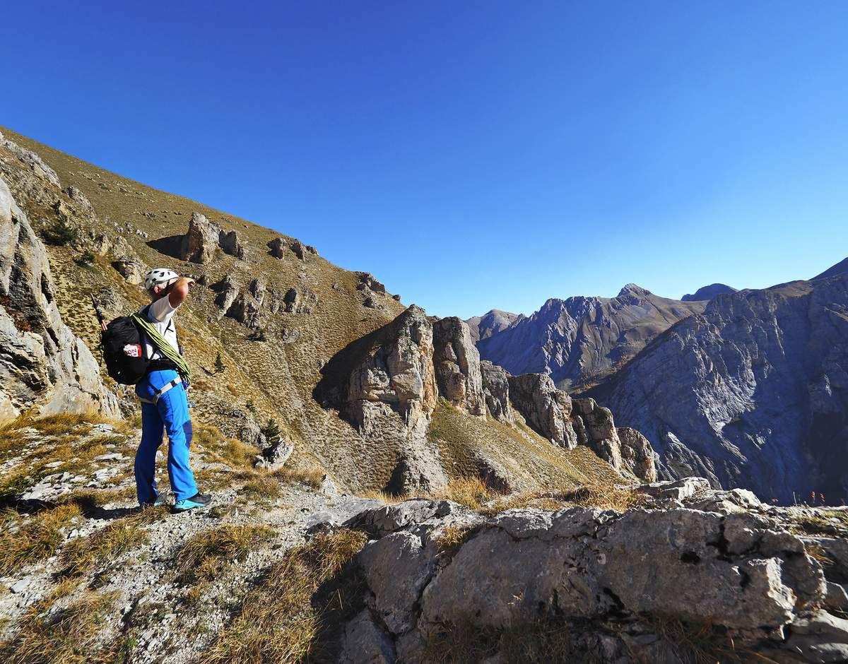Ce collu donne sur l'autre versant, très ensoleillé. Il ne reste plus qu'à remonter facilement les 200 derniers mètres jusqu'au sommet.