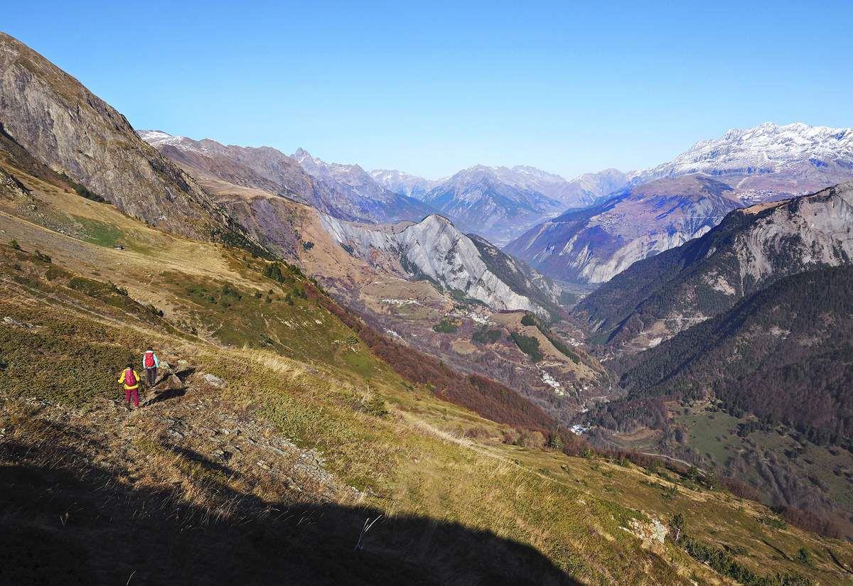 Il faut tourner le dos à la combe de la Pisse pour s'engager sur une agréable traversée vers la cabane de la combe Jargeatte, que l'on voit à gauche. Au fond à droite, l'Alpe d'Huez.