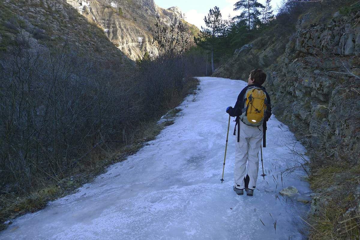 Attention à la piste dans le fond du vallon avant le Fay ! En hiver, elle peut se recouvrir de glace vive.