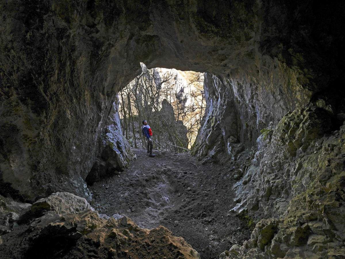 La grotte de las Faillas s'atteint par un court aller-retour depuis le promontoire. Est-ce celle qui est à l'origine de la légende locale qui raconte qu'on pouvait traverser la montagne jusqu'à la combe d'Oyans ?