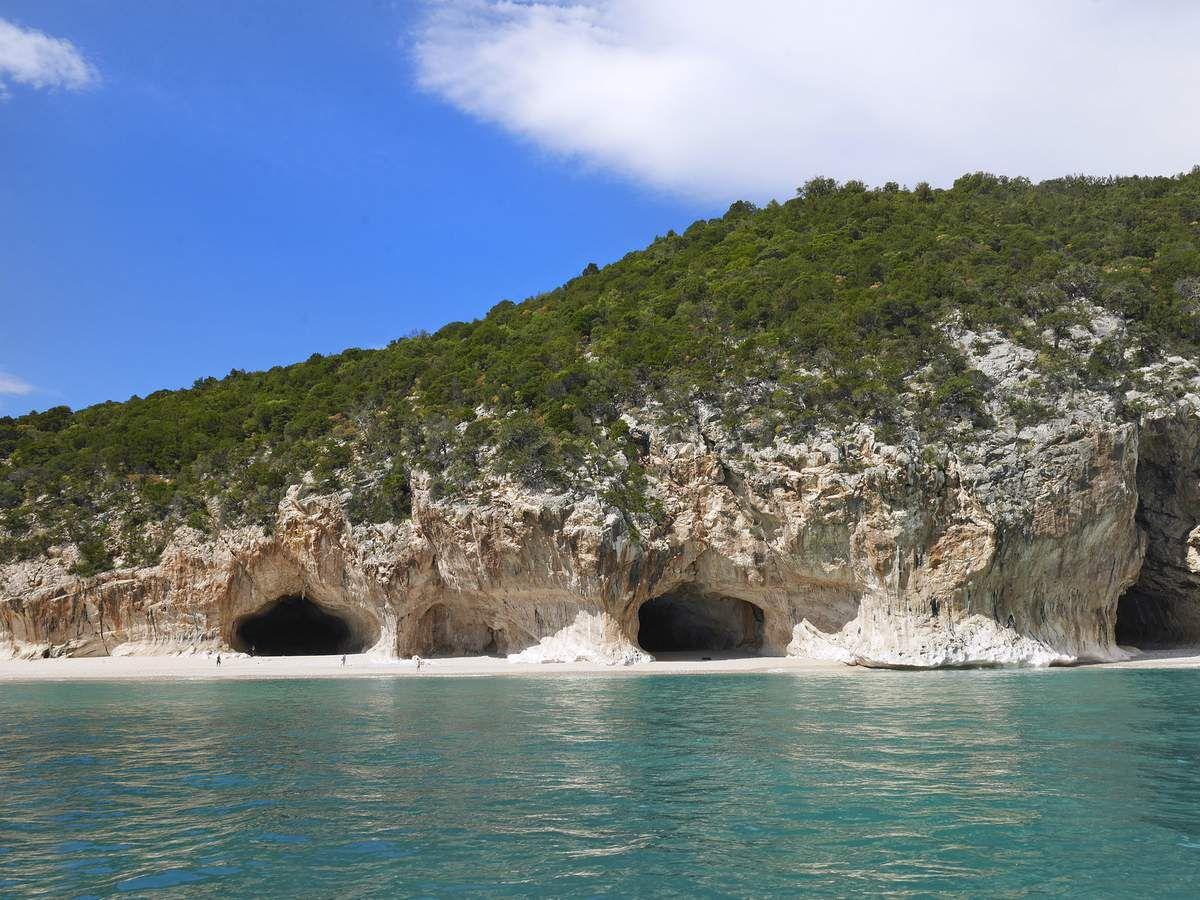 La cala di Luna et ses célèbres grottes. On peut se faire déposer là en bateau depuis Cala Gonone en seulement 15 mn ou marcher 2 h...