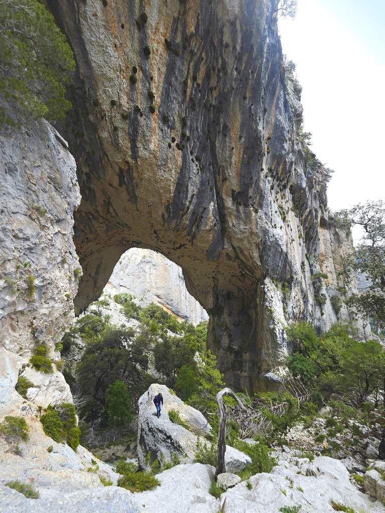 La vue sur l'arche depuis l'amont est impressionnante, mais difficile de rendre compte de sa taille en photo par manque de recul.