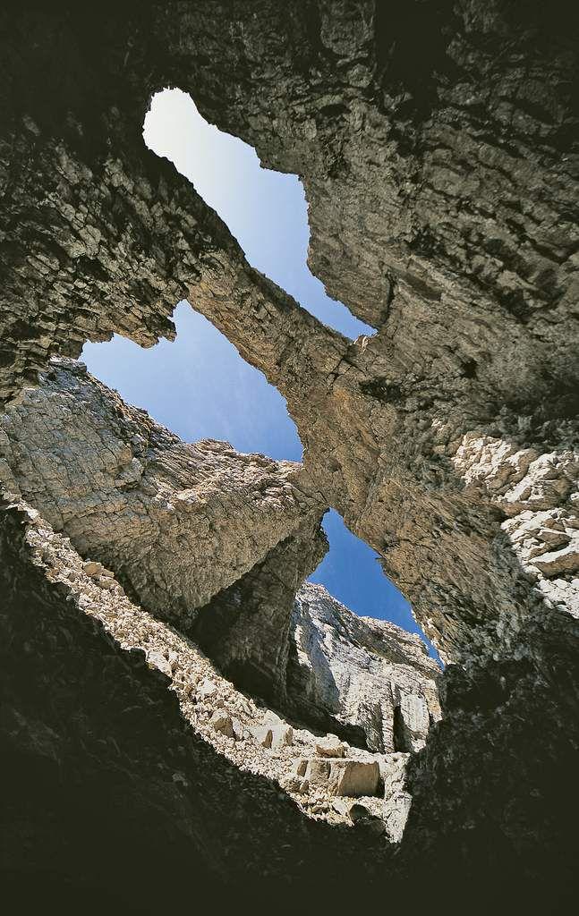 """Au cœur du Dévoluy, entre Grand et Petit Ferrand, s'ouvre une sorte de tunnel vertical surmonté par cette étrange architecture faite d'entrelacements et d'équilibres fragiles. Je l'ai appelée """"arches Interferrantes"""" vu sa situation entre les deux sommets. Enchaînée après l'énorme chourum Olympique situé dessous, elle est devenue un must du ski-alpinisme, mais celle-ci peut se traverser en été. L'ensemble avait été skié par des moniteurs de La Jarjatte dès les années 1960 mais était resté dans une relative confidentialité."""