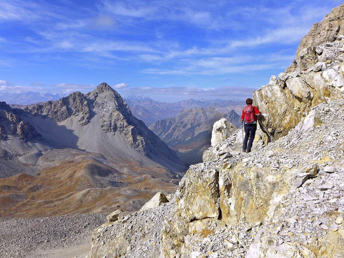 Vue sur le vallon des Acles et la France. À gauche, la pointe des Grands Becs ou punta di Chalanche Ronde (3042 m).