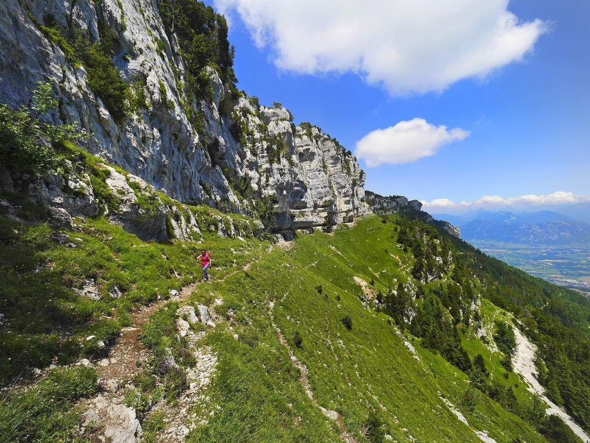 Après le col de Belles-Ombres, on peut emprunter le sangle sud homonyme pour rejoindre le col de l'Alpe d'une façon directe et esthétique.