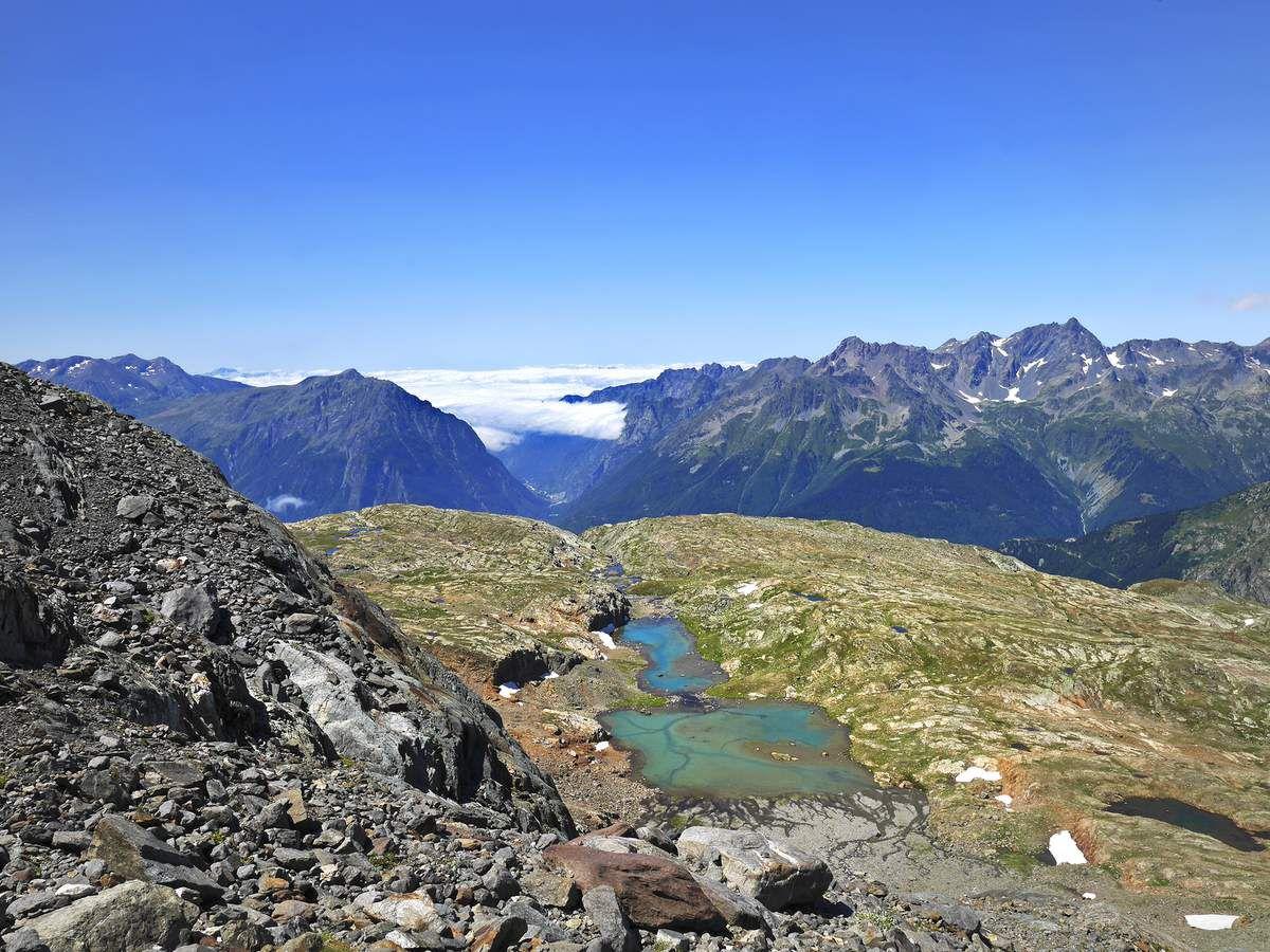 Pour la descente, on peut rejoindre, au-delà du lac, la trace des randonneurs alpins qui montent vers l'arête de la Barbarate depuis celui de Balme Rousse, visible ici.