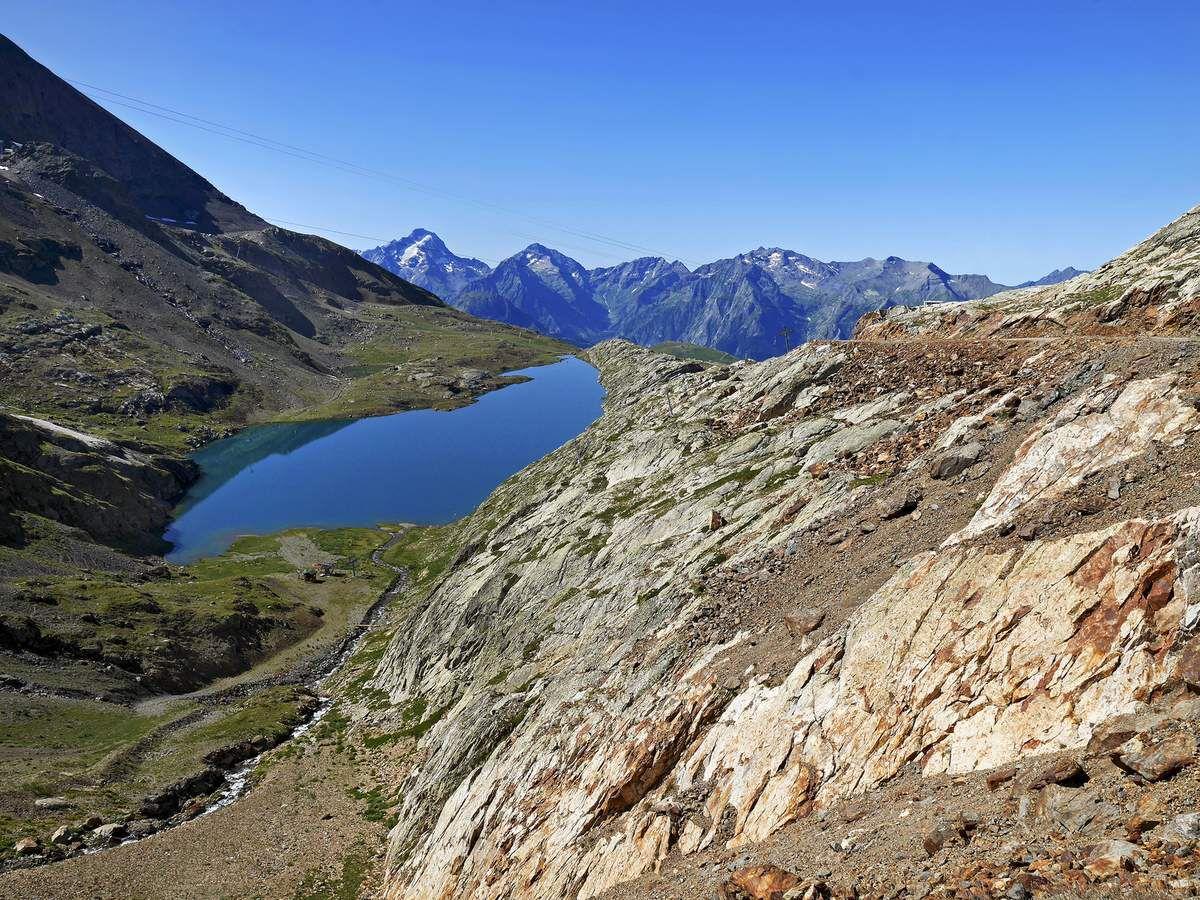 Le lac Blanc, le dernier de la liste, s'étend sous la station du téléphérique du Pic Blanc. Les câbles gâchent un peu le paysage, mais après tout ce qu'on a vu, on ne peut se plaindre...