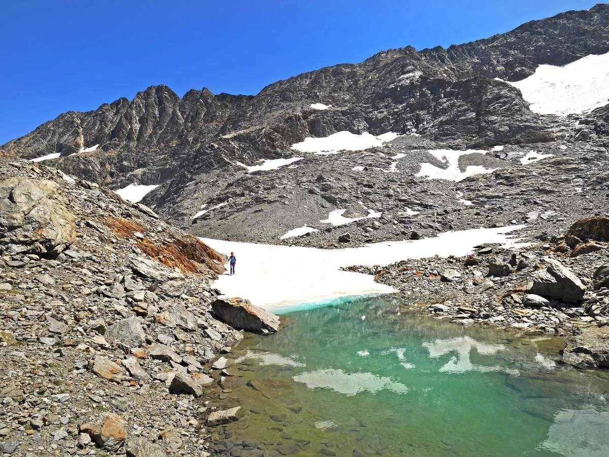 Vers 2850 m, on débouche dans un verrou souvent enneigé. Le lac sud de la Barbarate est en contrebas et on peut y descendre. Mais pour le contempler de haut, on peut aussi rester sur la croupe à gauche.