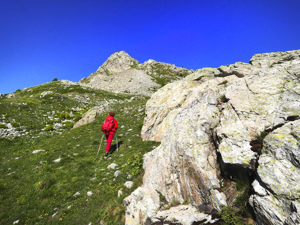 Arrivée sous le sommet 2389 m des rochers Motas, dont on voit les dalles qu'il va falloir remonter.