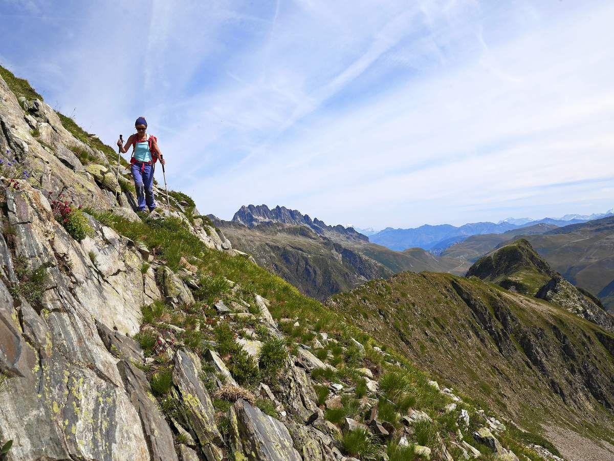 Après le col sans nom, traversée vers les rochers Rissiou au milieu des joubarbes. Au fond, derrière les aiguilles de l'Argentière, le mont Blanc.