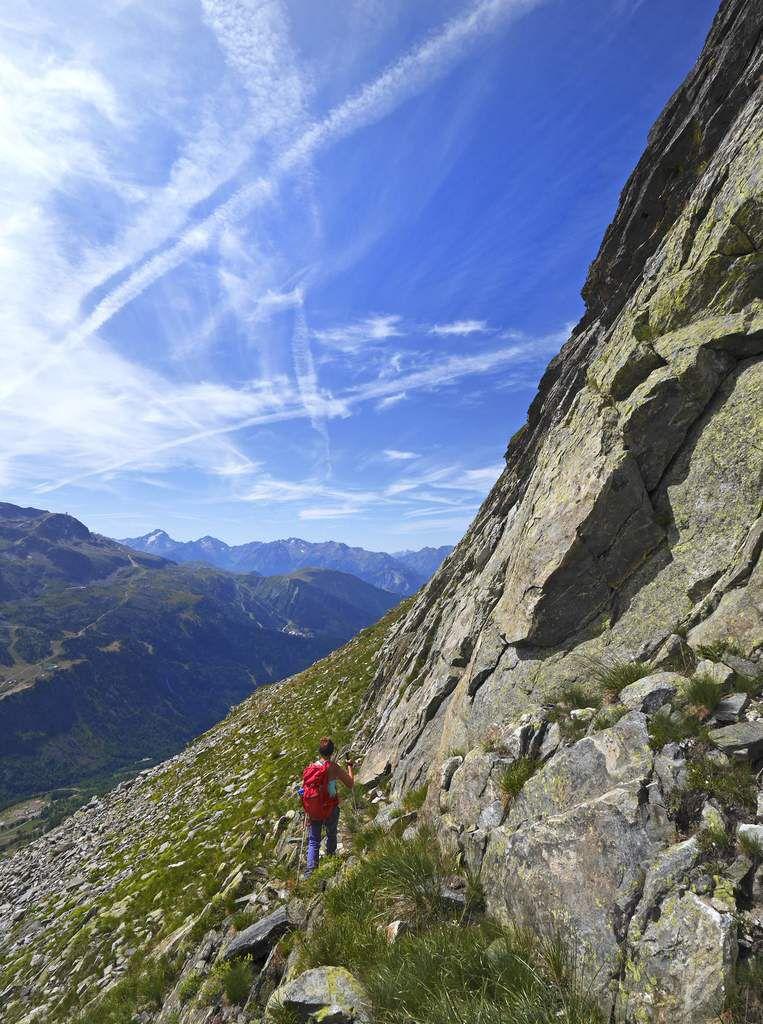 Depuis le col sans nom, il faut rester au pied des dalles du versant sud-est sous la crête des rochers Rissiou.