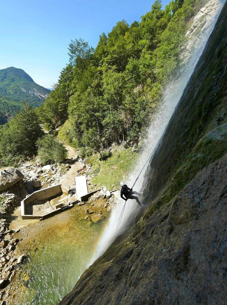 Et le bouquet final : la grande cascade de 70 m. Les canyonistes prennent les rappels en rive droite (et s'amusent à se faire doucher comme ici). Mais pour rester au sec, on utilise des rappels en rive gauche.