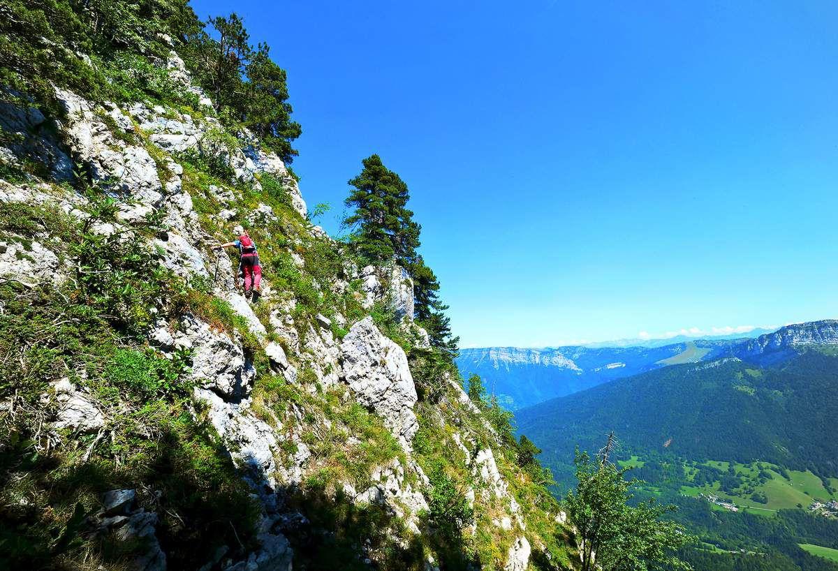Du col du Frêt, attaque de la traversée vers le sommet de la Dent de l'Ours. Suivez les marques bleues !