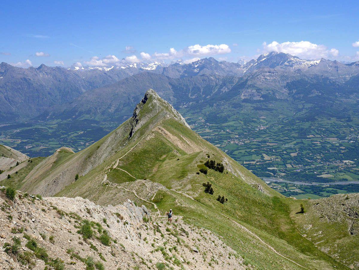 L'Aiguille vue de la petite remontée au pic de Gleize. Au fond, le massif des Écrins avec, à droite, le Vieux Chaillol (3163 m).