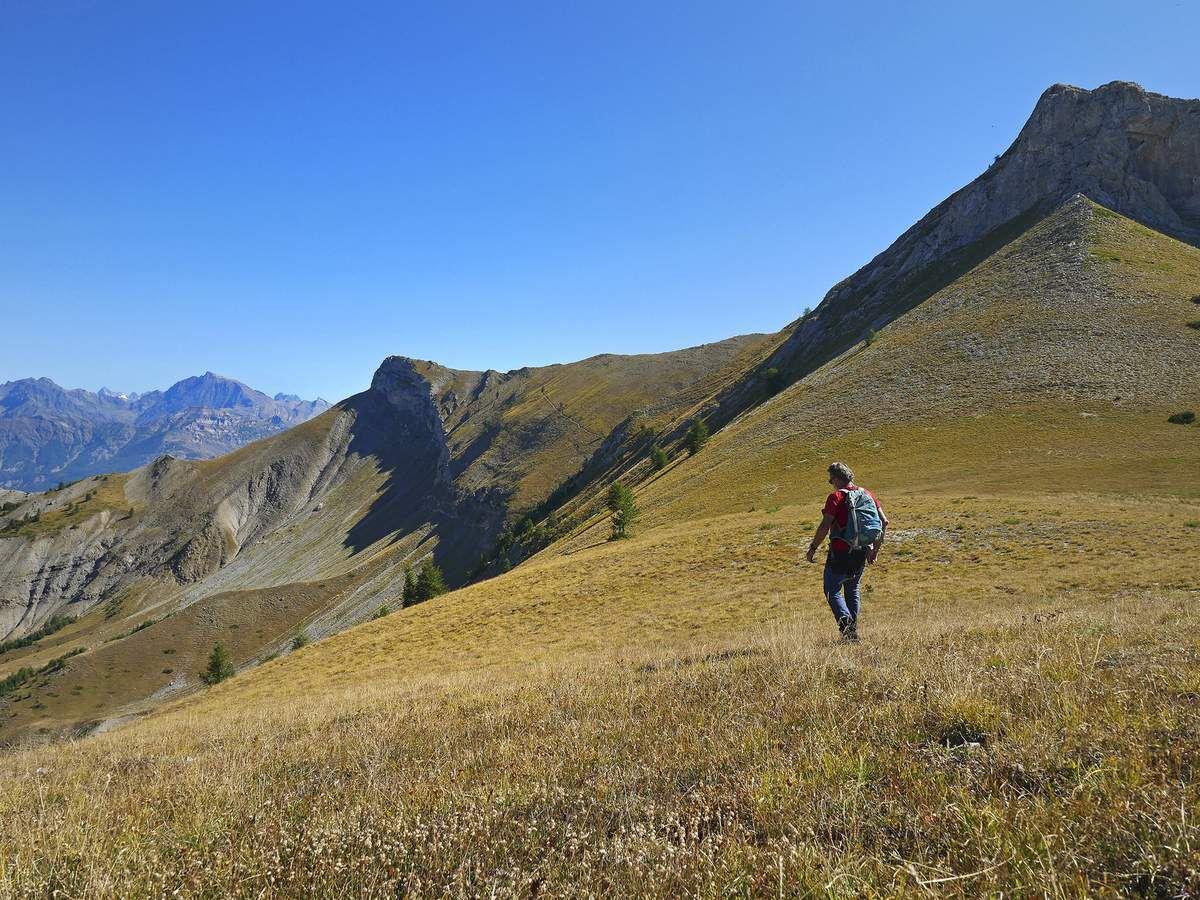 Depuis la crête de la montagne de Chaudun, accessible par un fort joli sentier oublié, on voit bien le sentier de la Tubière traverser les pentes à droite du pic de l'Aiguille.