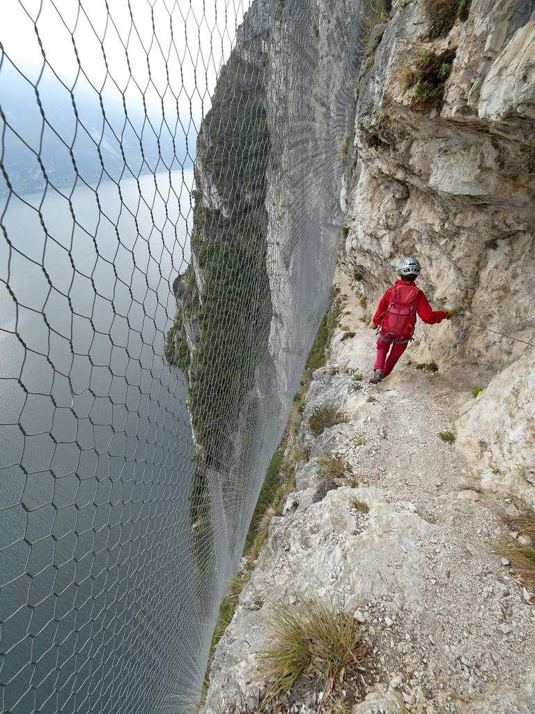 Le début du sentier des Contrebandiers se déroule entre la paroi et les grillages destinés à protéger des chutes de pierres la route située 200 m dessous. Curieux ! Mais cela lui donne un aspect surréaliste...