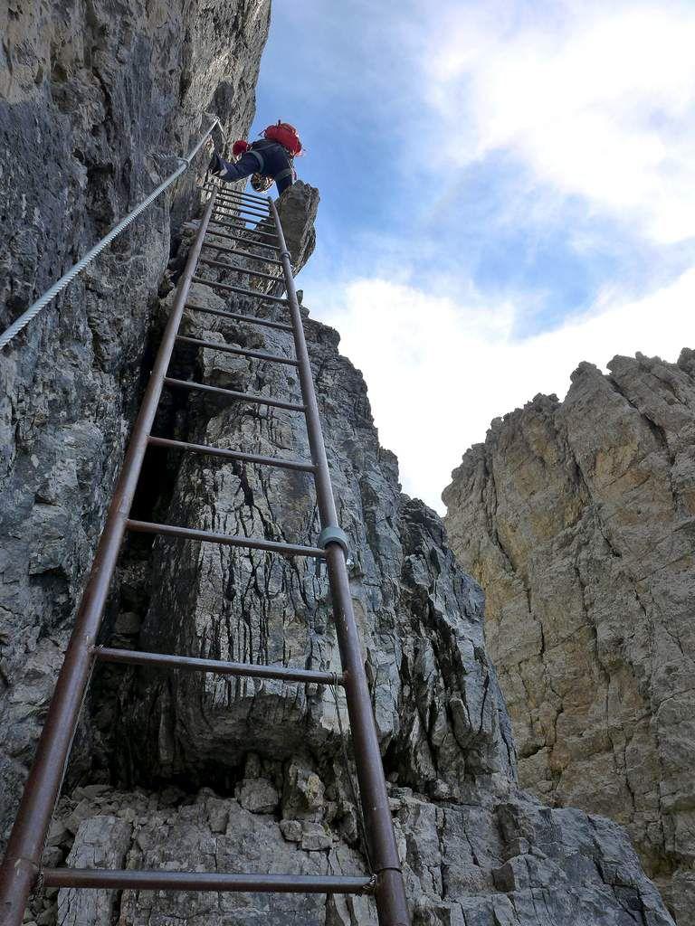 Dans la brèche, nous choisissons la ferrata Oliva Detassis qui amène directement sur le défunt glacier dei Brentei. Quelle ambiance sur ces grandes échelles dont certaines sont à la limite d'être surplombantes !