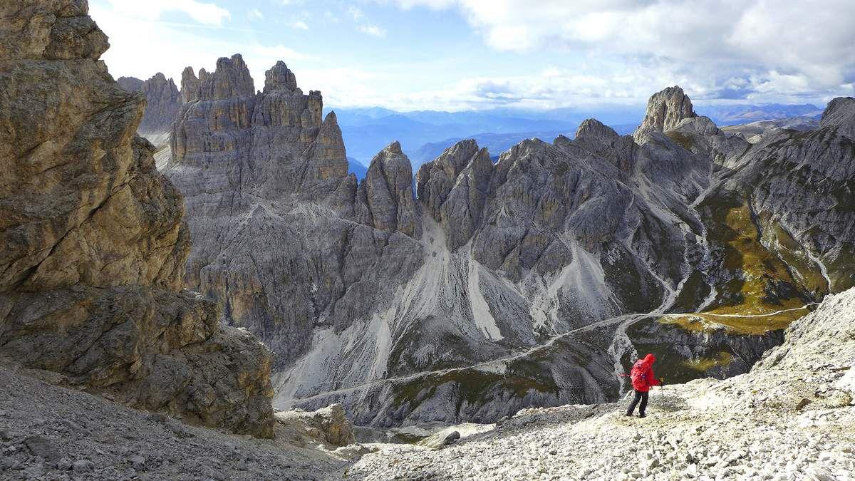 Au passo delle Pope (2720 m), face aux tours de Vajolet (à gauche), nous entamons une longue descente dans d'immenses pierriers et des barres qui s'avèrent finalement très bien tracés et discrètement balisés.