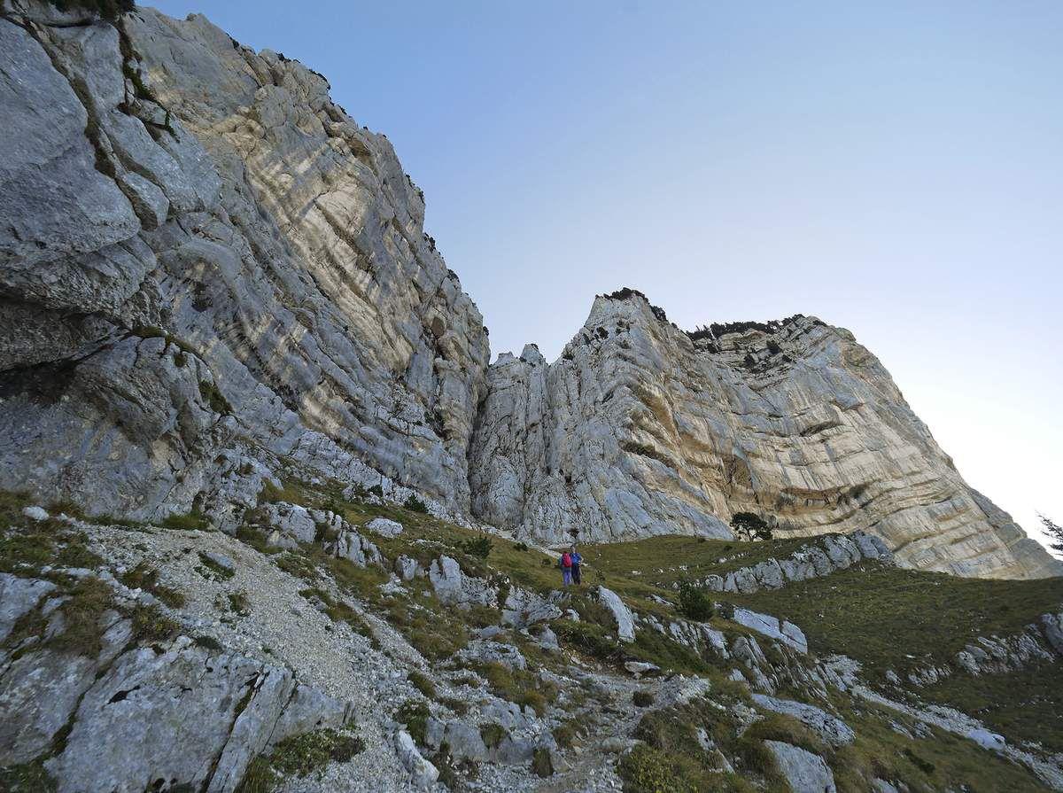 Au-dessus de la balme à Colon, on peut faire une digression à droite sur un sangle qui s'immisce en plein milieu de la grande falaise sud-ouest.