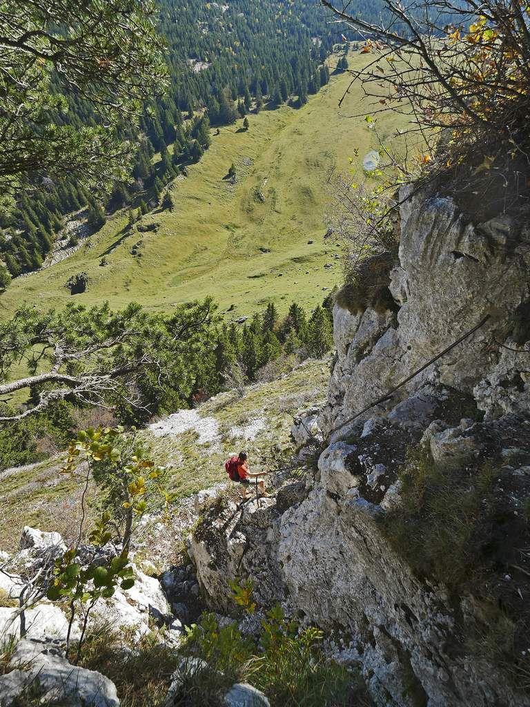Descente du bien-nommé pas des Barres. Ces barres de fer auraient été posées par des douaniers qui surveillaient l'ancienne frontière de la Savoie.