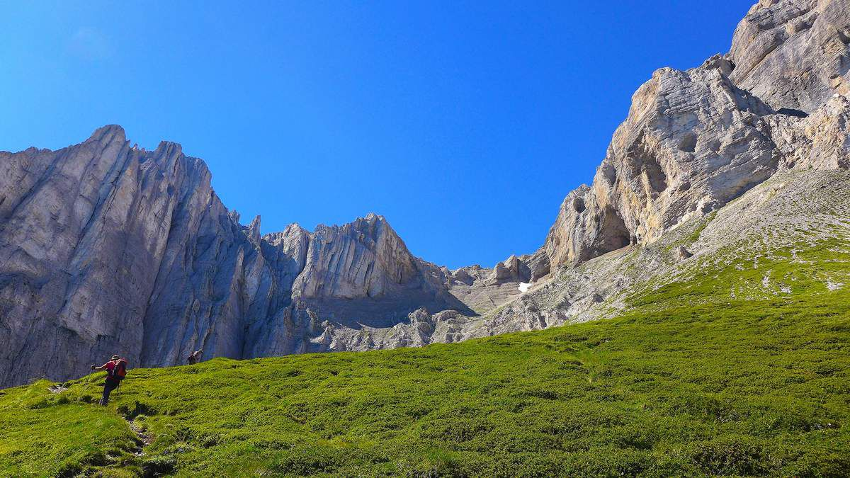 La face nord-ouest du Petit Obiou (à gauche) est un mur haut de près de 400 m, redoutable par sa verticalité et son rocher pourri. Deux voies d'escalade, très peu reprises, y ont pourtant été tracées.