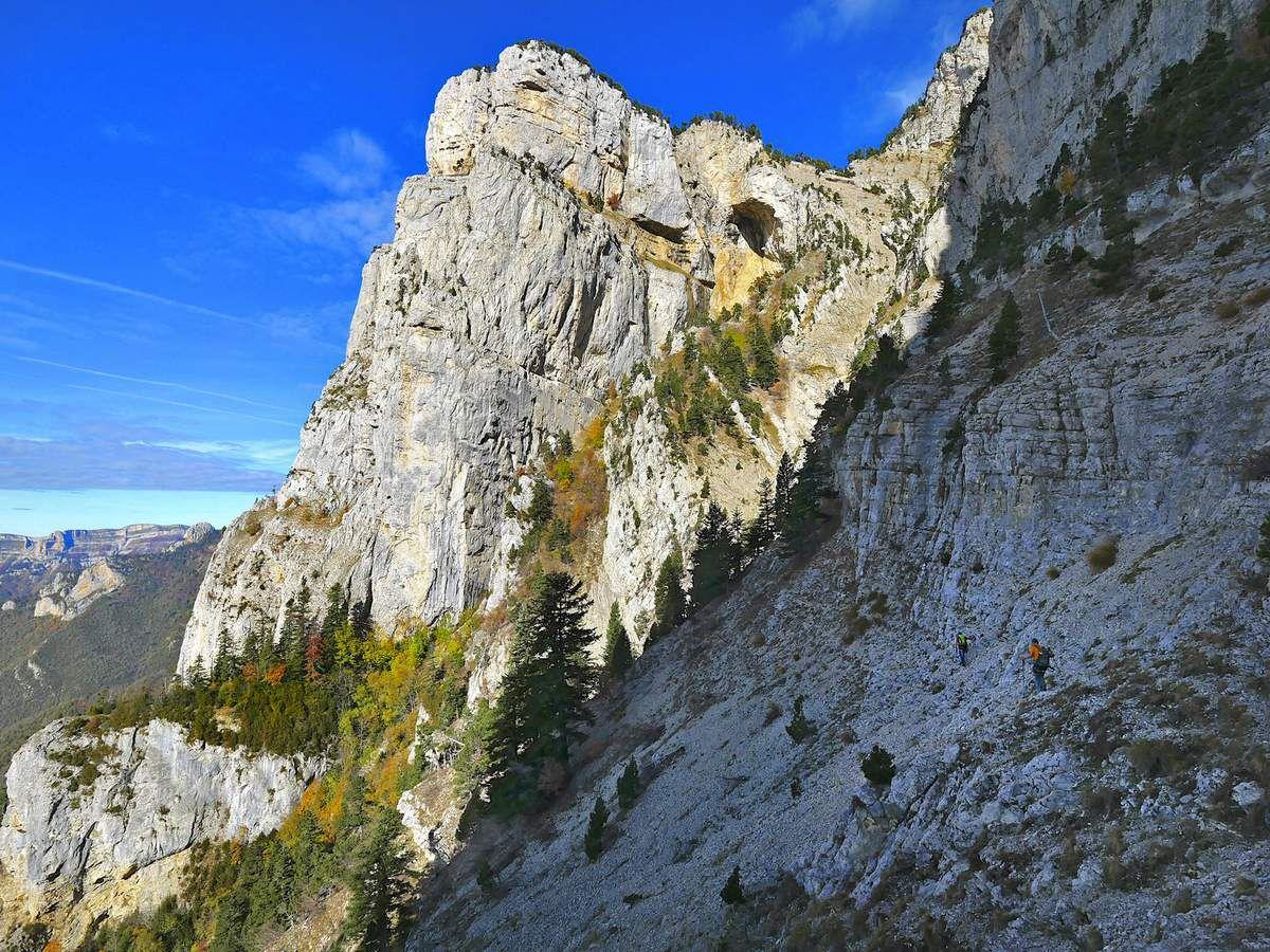 Retour vers le couloir, face au Rocher des Heures dont on voit toujours la vire (photo L. Jacquet).