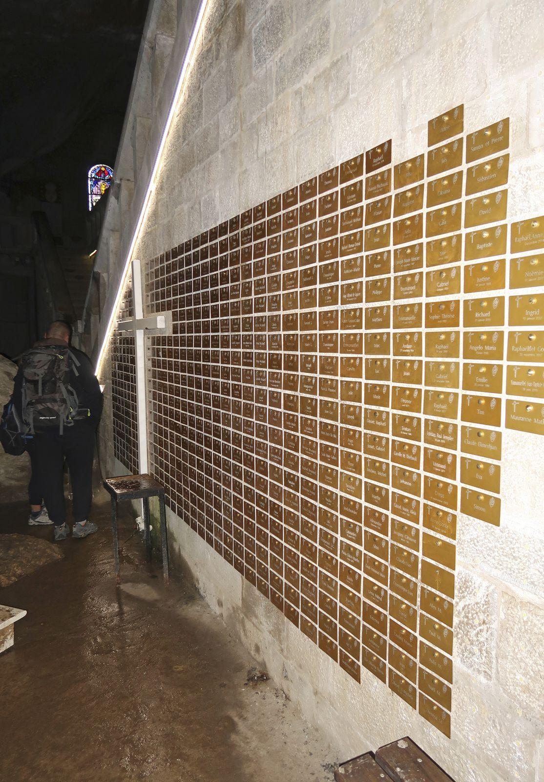 L'une des particularités de ce lieu de pèlerinage est ce mur recouvert de plaques dédiées à la mémoire d'enfants morts-nés. La plupart ne portent qu'une date, parfois aucune.