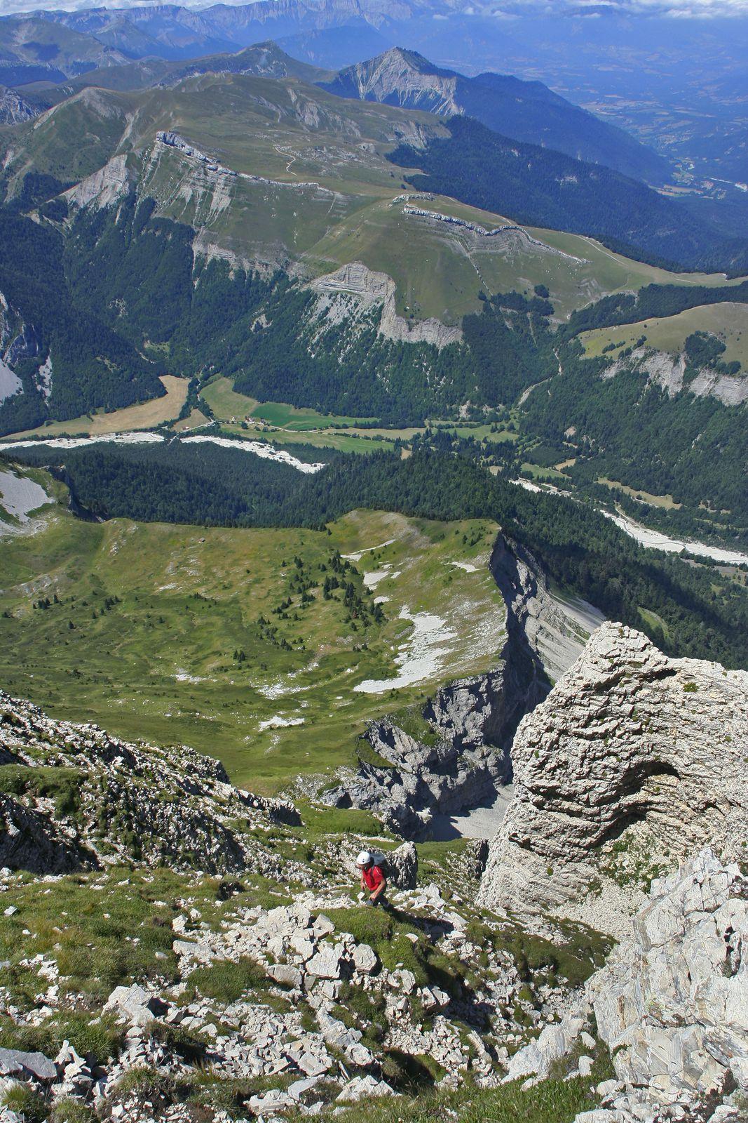 Une façon de dominer vertigineusement le riant vallon de la Jarjatte et l'alpage de Vachères. Vu l'exposition ouest, mieux vaut ne pas partir trop tôt.