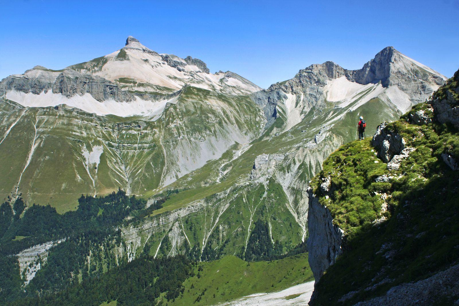 À droite du Ferrand, le Rocher Rond (2453 m) présente deux particularités : c'est le plus haut sommet de la Drôme et le point culminant du Parc régional du Vercors depuis que le cirque de la Jarjatte lui a été rattaché.