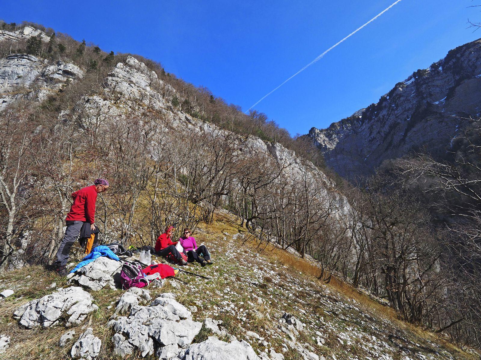 L'endroit est magique et impressionnant. On est dominé par la Grande Roche et les Rochers de Lorzier.