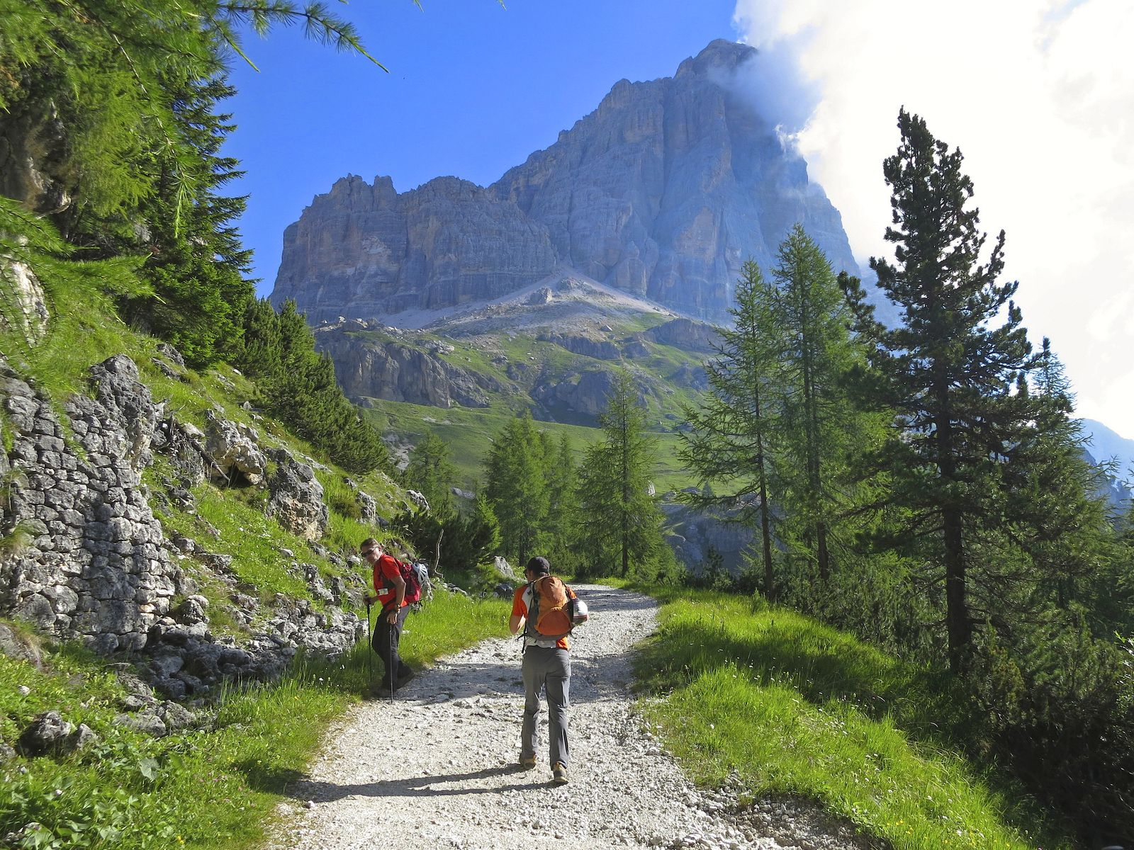 L'approche se fait par la piste militaire à l'est du passo Falzarego et du Col dei Bos, face à l'énorme versant sud de la Tofana di Rozès.