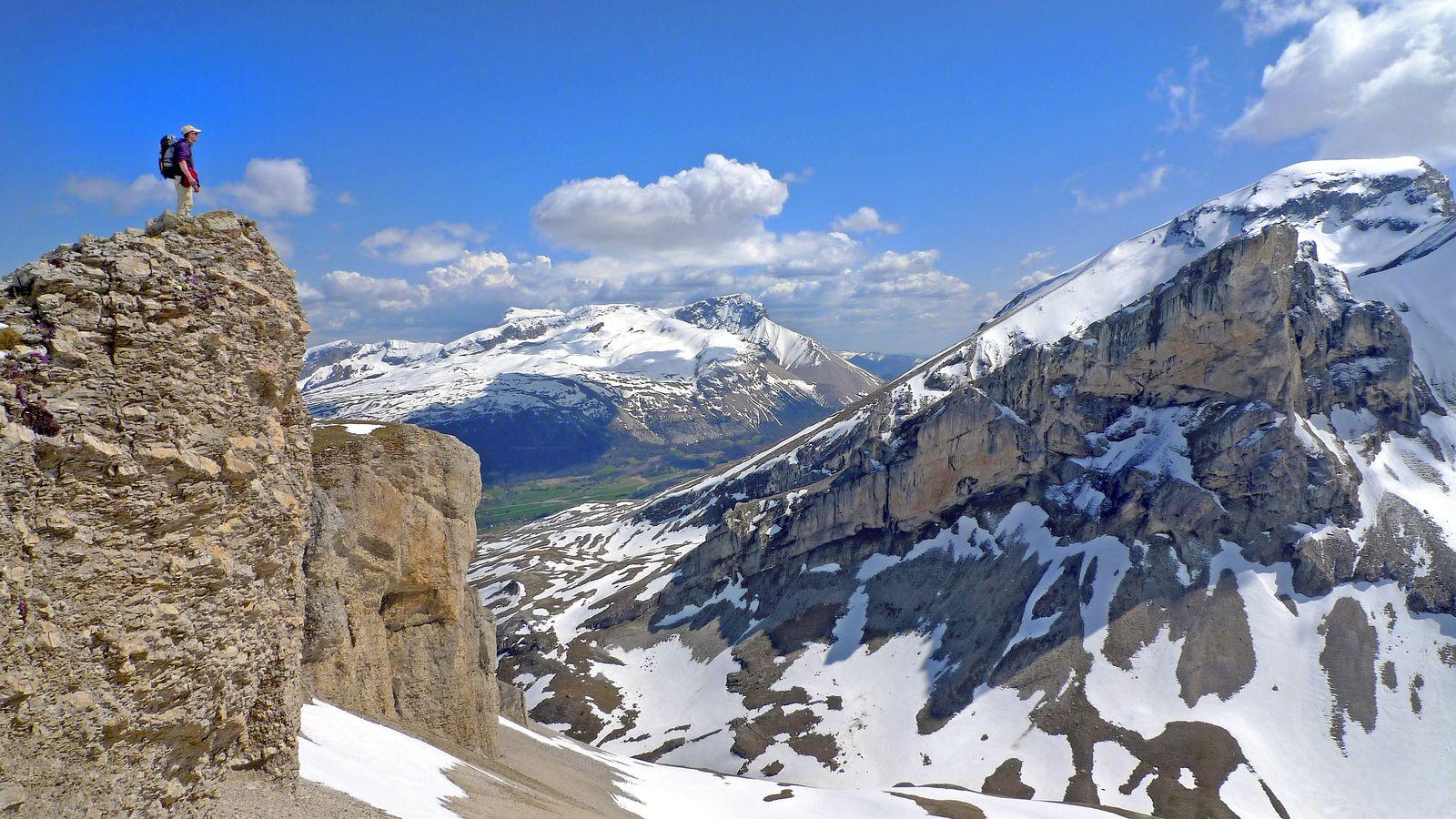 Après le vallon Girier, nous arrivons en haut de la barre des Adroits, face à Roche Courbe. Au fond, le plateau de Bure.