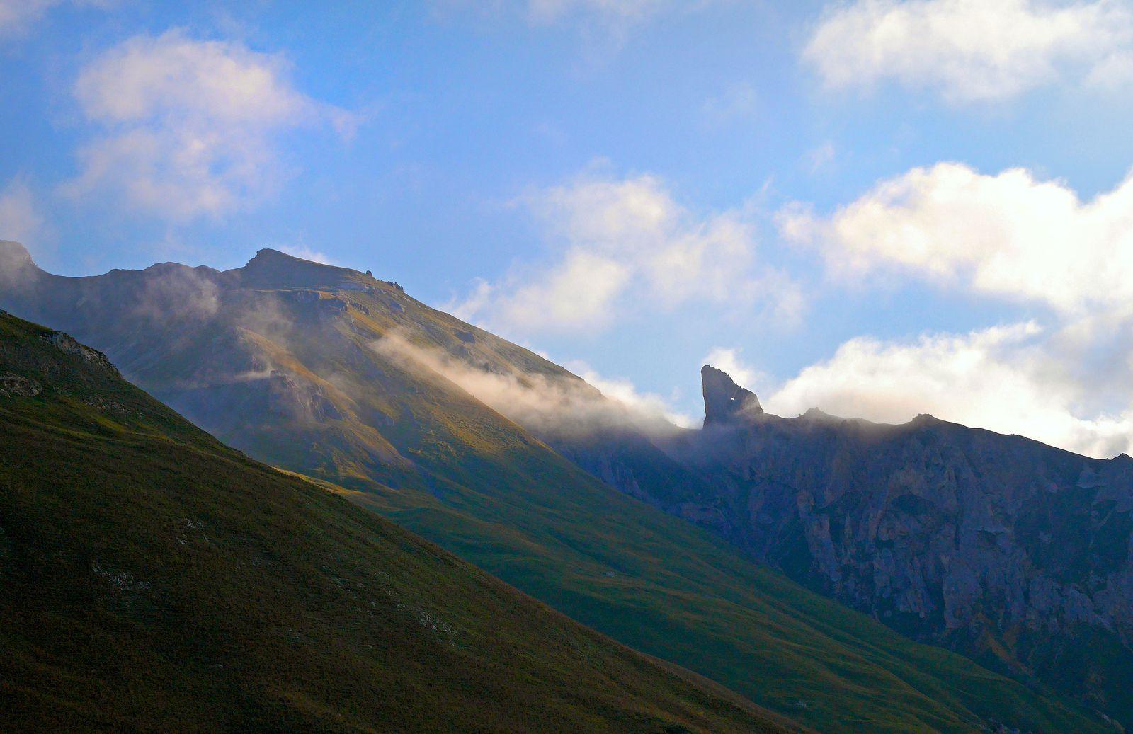 Au petit matin, le versant ouest du Roc des Corneilles. Le croissant de Lune est bien visible.