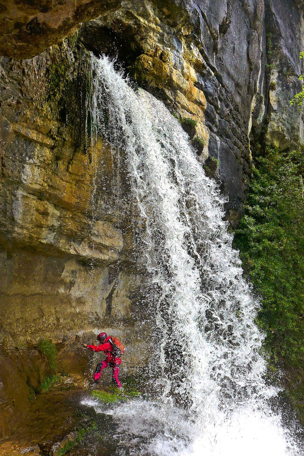 La cascade supérieure, qui sort du réseau souterrain de la Doriaz. On passe normalement derrière sans se mouiller.