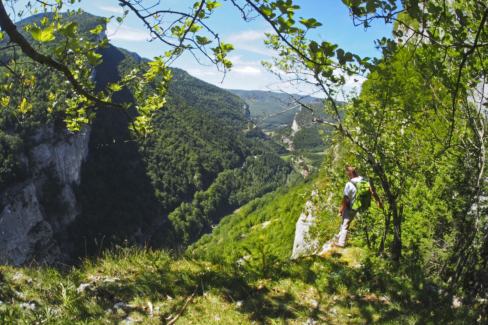 Au milieu de la vire, magistral promontoire sur les gorges. En bas, le hameau de Basse-Valette.